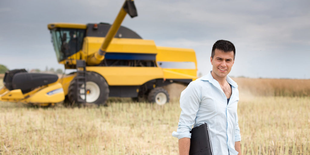 Illinois College graduate who earned agribusiness management degree online meets with farmer